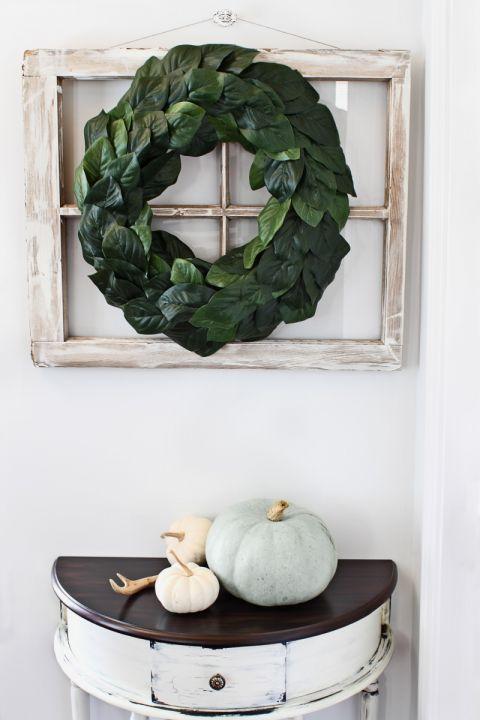 Biała dynia w towarzystwie zielonego wieńca to klimatyczna jesienno-zimowa dekoracja holu