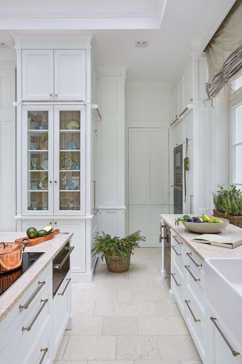 biała kuchnia z wyspą w stylu klasycznym