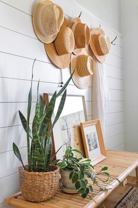 nietypowe dekoracje ścian kapelusze