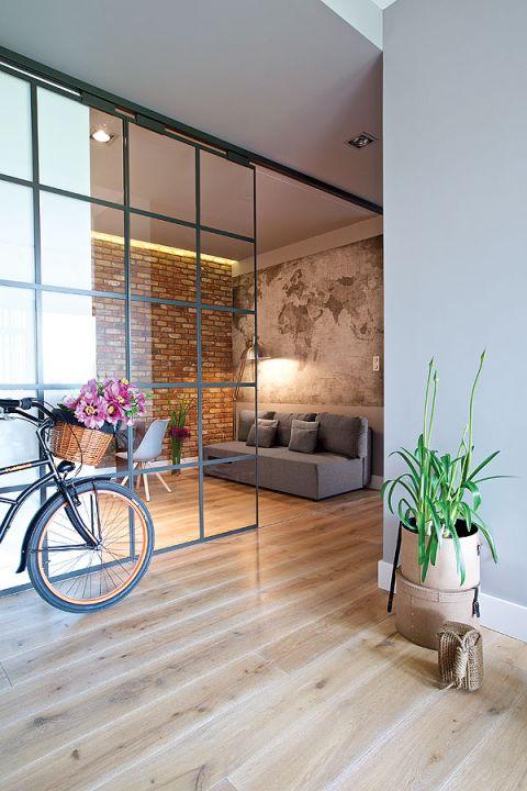 Ruchoma ściana zamyka lub otwiera część domu, tworząc pokój dla gości.