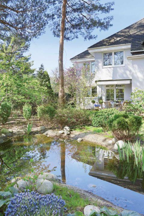 klasyczny biały dom z ogrodem