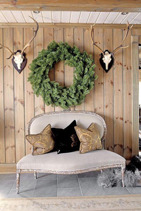 Drewniany dom wypełniają stylowe meble. Aby nadać sofom i fotelom prowansalskiego stylu - obszyto je naturalnym lnem.