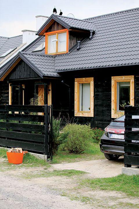 Drewniany dom został przywieziony przez poprzedniego właściciela z Doliny Rospudy.