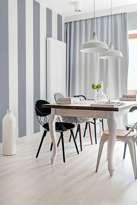Drewniany stół w jadalni w stylu skandynawskim