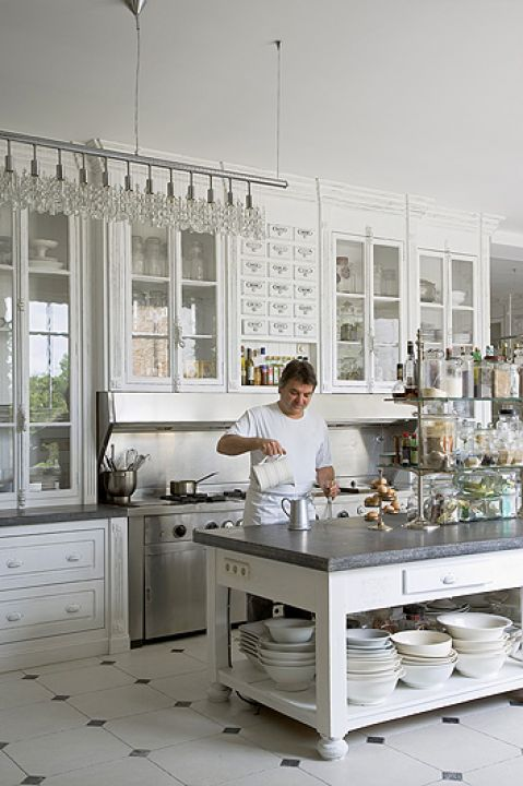 Drzwi do kredensu zrobione z francuskich okien. Oryginalne są także szyby. Wyspa stała kiedyś w kuchni klasztornej.