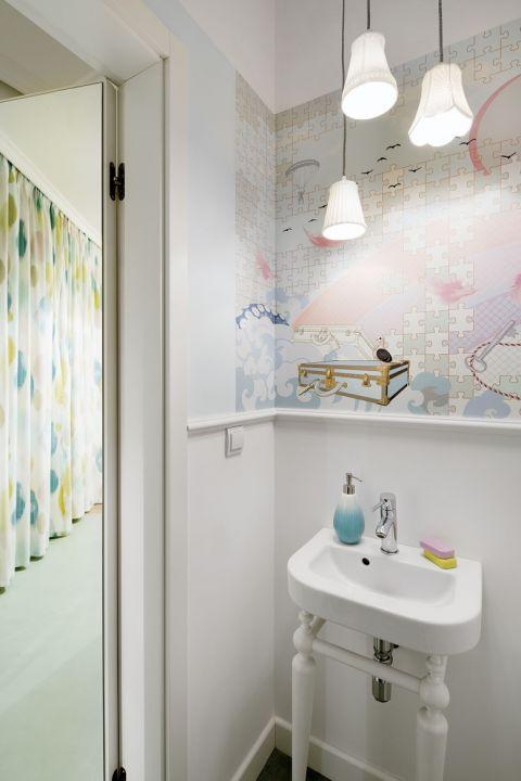 Jak urządzić małe mieszkanie? Jasno i przyjemnie! Ze szczyptą surrealizmu, mgiełką halucynacji i krztyną baroku.