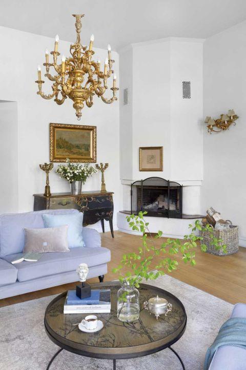 biały salon w stylu klasycznym z kominkiem