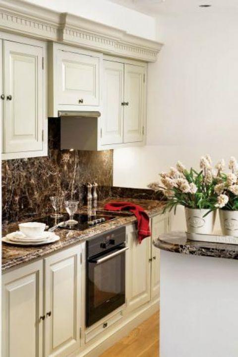 Kuchenna klasyka - białe szafki i marmurowe blaty.