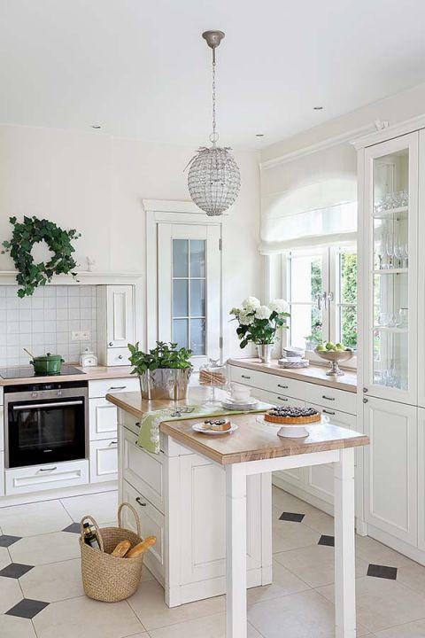Kuchnia, jadalnia i salon urządzone są na planie litery L. Część mebli i dodatków pochodzi z Decolor i Meubles de Charme.
