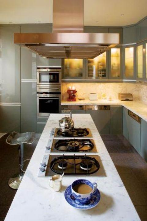 Kuchnia w chłodnych kolorach. Apartament w kamienicy na Powiślu