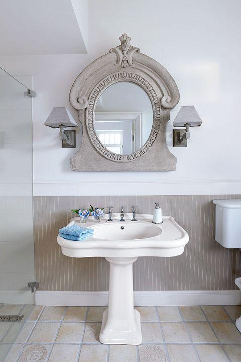 Łazienka, a w niej lustra w betonowych ramach z Mika Home.