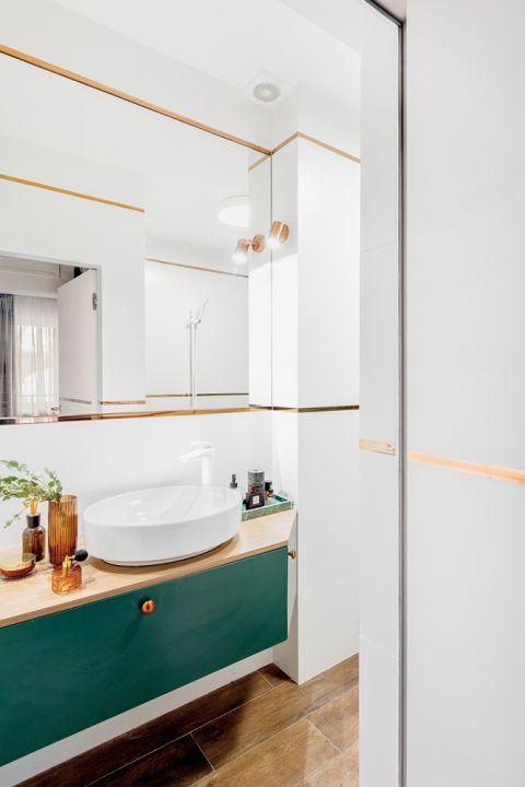 łazienka biel i butelkowa zieleń