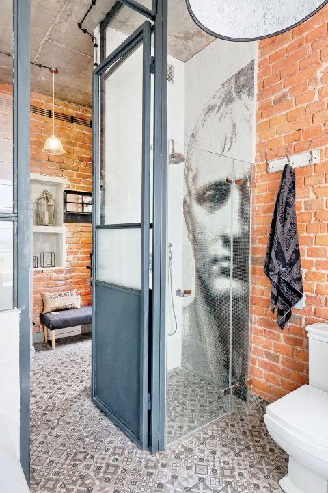 Łazienka tuż przy wejściu wygląda trochę jak portiernia. Dopiero prysznic obok mozaiki Napoleon (Bisazza) wyprowadza
