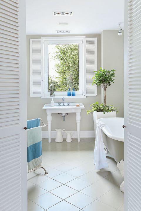 Łazienka urządzona jest w większości w białych kolorach. Bardzo ciekawie wyglądają wewnętrzne okiennice, które nadają