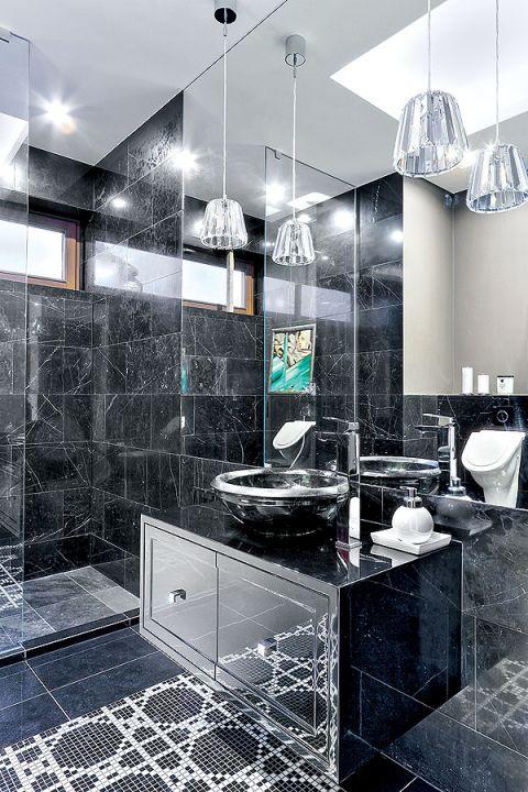 Nowoczesność i glamour: w łazience dominuje szkło i połysk.
