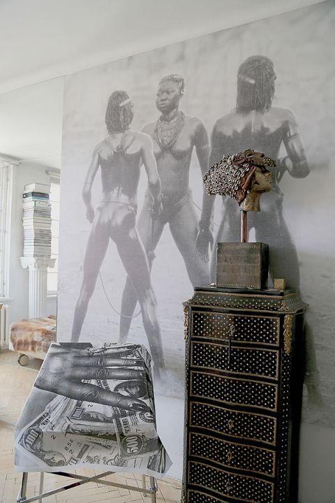 Na jednej ścianie spotykają się zdjęcia Leni Riefenstahl i Helmuta Newtona. Ginąca Afryka obok tłustej