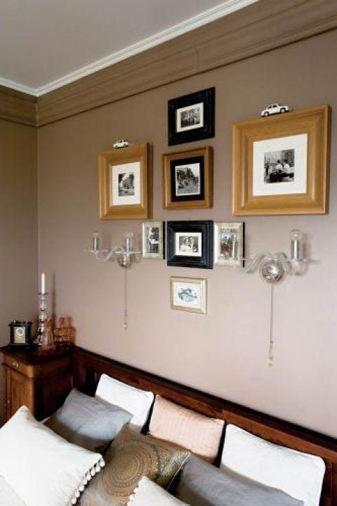 Na ścianie wiszą ramki z czarno-białymi fotografiami, na szafce nie zabrakło ozdobnych drobiazgów.