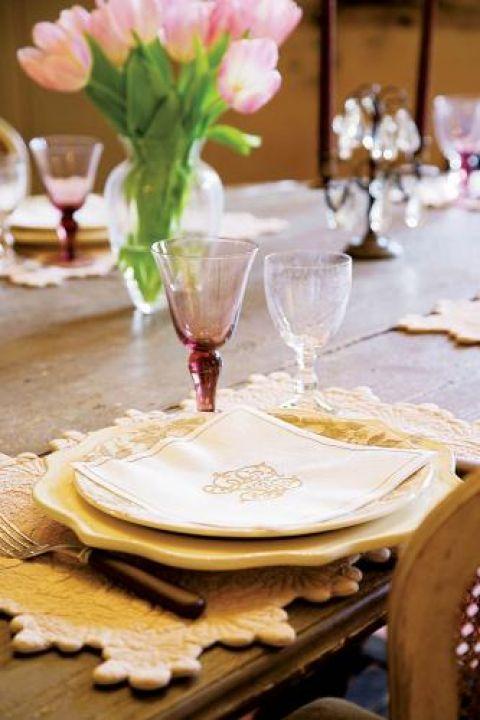 Nakrycie stołu. Farma pełna pięknych staroci
