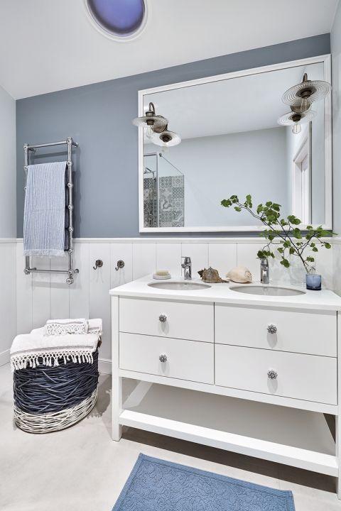 niebieska łazienka jakie dodatki