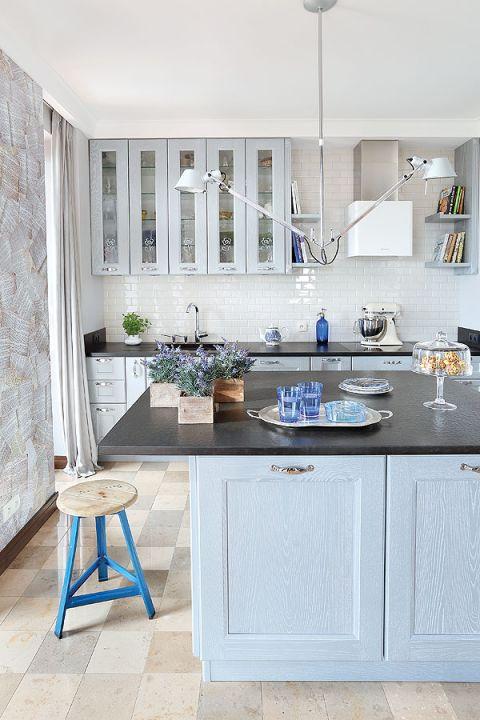 Nowoczesny apartament urządzony ze smakiem i elegancją. Gołębie szarości i błękity nadają przytulny klimat.