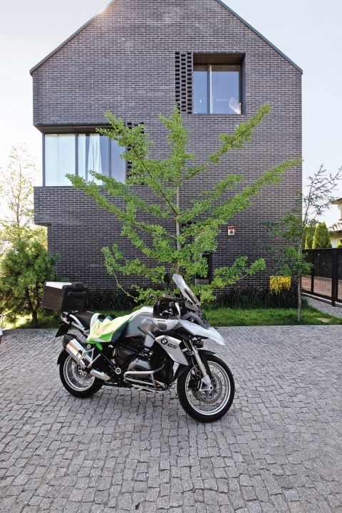 Beton i stal obok drewnianych rzeźb. Surowa prostota architektury modernizmu i tysiącletnia tradycja Azji. Wyjątkowe