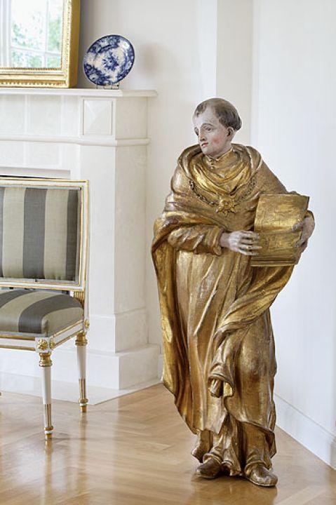 Oryginalna barokowa rzeźba z 1716 roku to św. Tomasz z Akwinu.