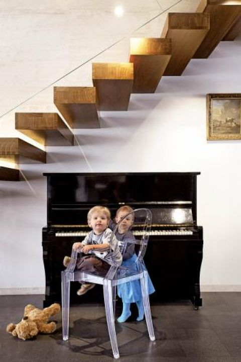 Plastikowe krzesło Louis Ghost projektu Philippe a Starcka pasuje do każdego wnętrza.