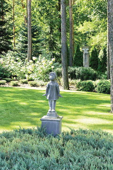Po ogrodzie można spacerować jak po parku.