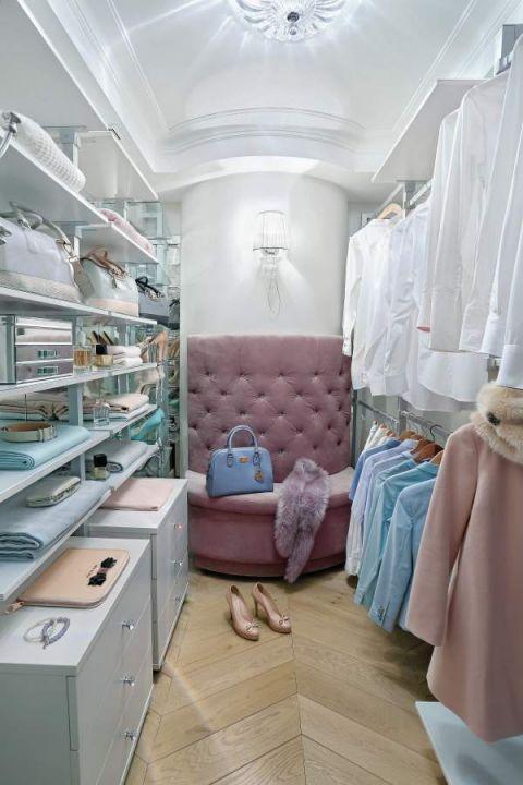 Dzięki półokrągłej ścianie garderoba wydaje się bardziej elegancka, a w sąsiadującej z nią łazience zmieścił