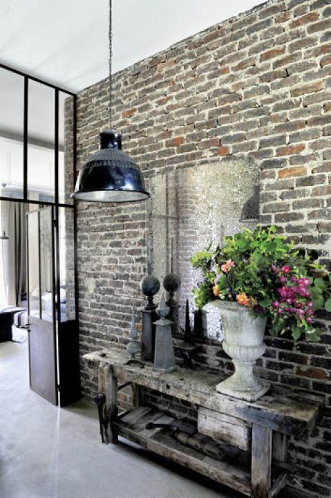 Przepis na loft to surowa cegła, szkło, stare drewno i metal.