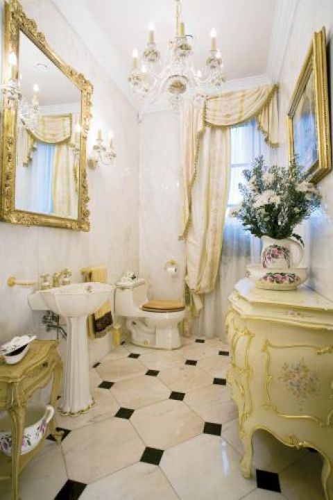 Ręcznie malowane i złocone umywalka i toaleta przywiezione z Ameryki Północnej.