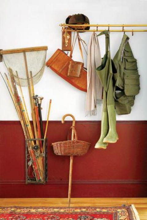 Rybackie spodnie i siatka na ryby zdradzają położenie domu.