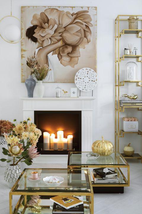 biały salon ze złotymi dodatkami w stylu glamour