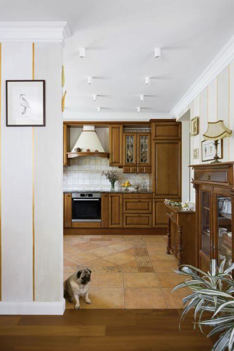 Ścianę w kuchni zdobią kafle oraz dekory z gliny szkliwionej i wypalane w piecu polskiej marki Artkafle.