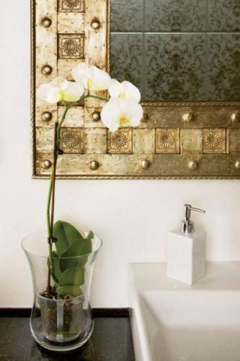 Storczyk w łazience. Piaskowiec, onyks i heban