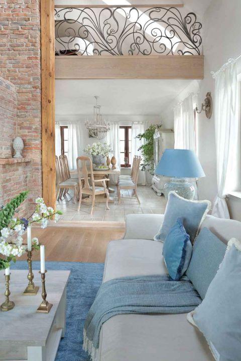 styl loftowy z francuską klasyką stół w jadalni