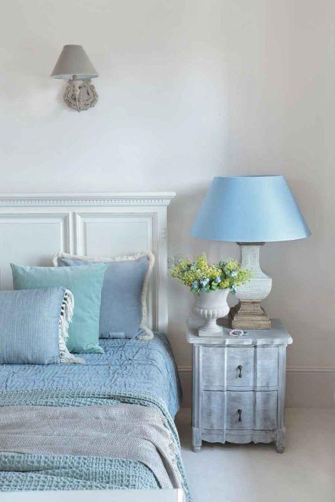 styl loftowy z francuską klasyką sypialnia błękit