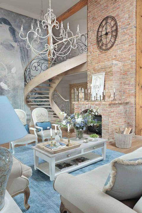 styl loftowy z francuską klasyką w salonie