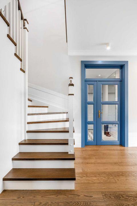 nowoczesny hol schody drewniane