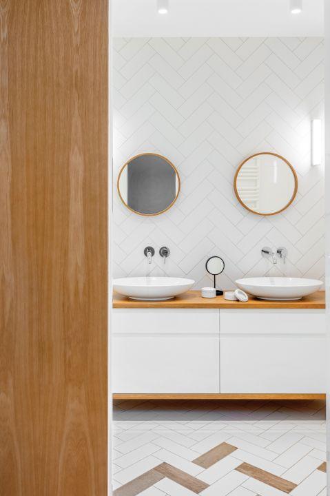 biała łazienka w stylu loft