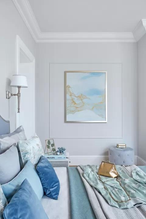 biała sypialnia błękitne dodatki