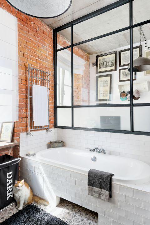 Szyby w metalowych ramach są w całym mieszkaniu, nawet w łazience.