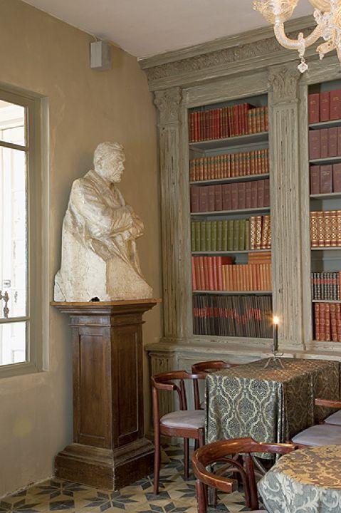 Tradycyjna biblioteka i rzeźba. Młyn jak pałac: rustykalna perełka
