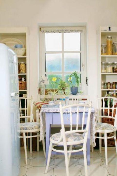 W kuchni niebieski stół
