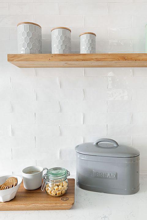 W mieszkaniu sporo jest elementów drewnianych, które ocieplają wnętrze.