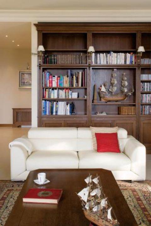 W salonie drewniana biblioteka. Francuz nad Wisłą