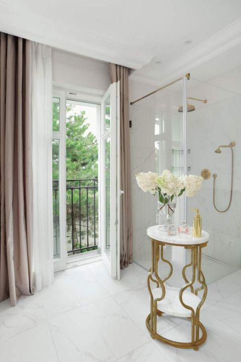 wnętrza modern classic biała łazienka z prysznicem