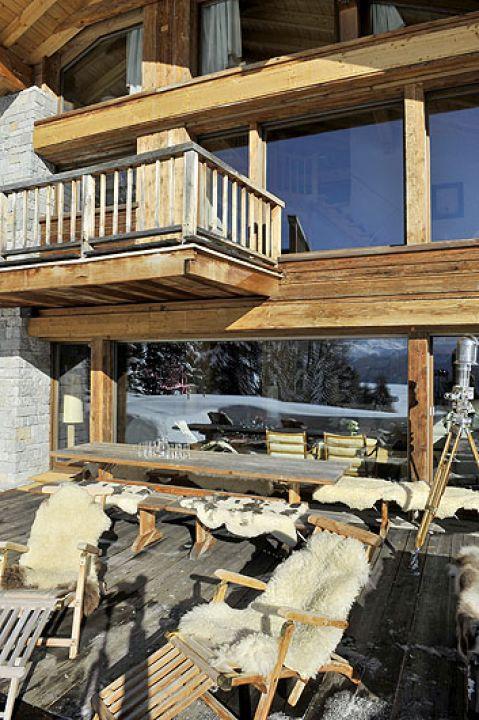 Wygląda jak okoliczne domy i został zbudowany z miejscowych materiałów – drewna sosnowego i granitu.