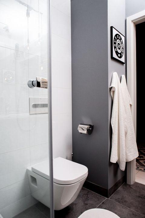 Łazienka podobnie jak całość mieszkania jest minimalistyczna i utrzymana w chłodnej tonacji.