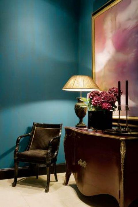 Hans sam projektuje lampy. Ta stojąca na komodzie ma nog ze starej holenderskiej wazy.